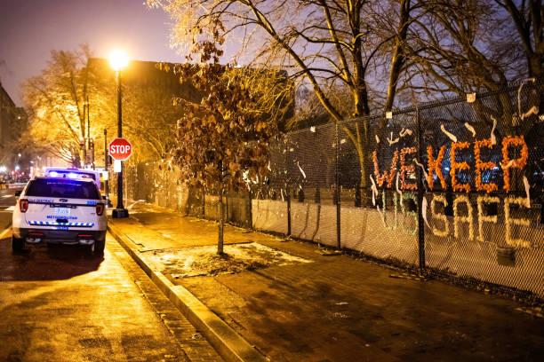 вашингтон, округ колумбия, сша - 14 февраля 2020 г.: протесты знак мы держим нас в безопасности на заборе безопасности и полицейской машине, окру - biden стоковые фото и изображения