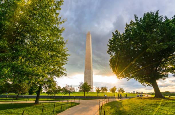 washington dc,washington monument on sunset. - luogo d'interesse nazionale foto e immagini stock