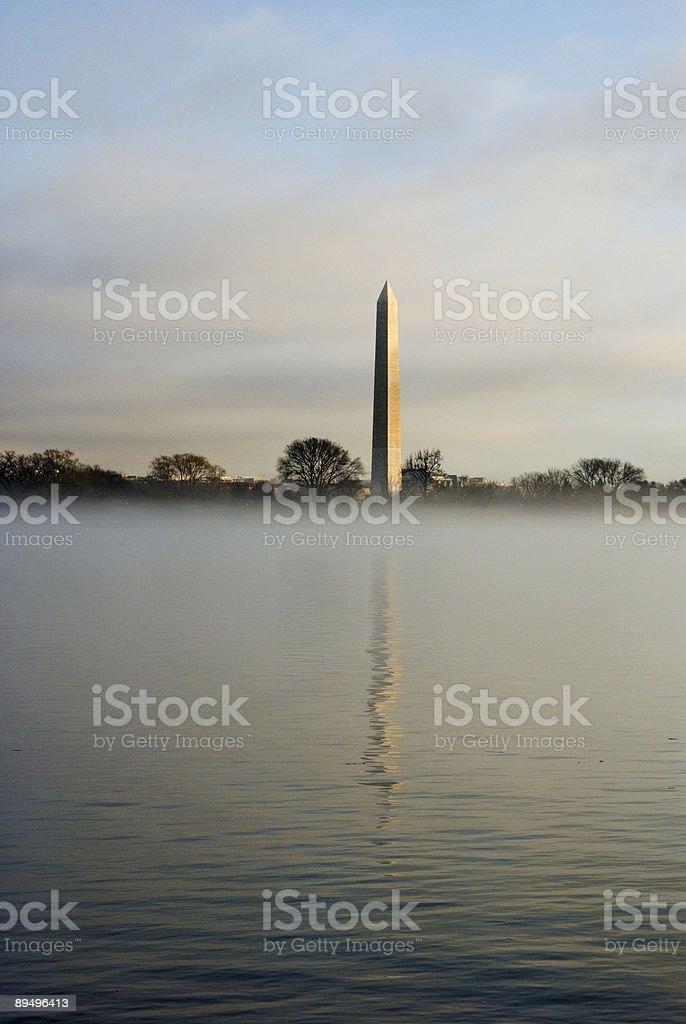 Washington Monument in fog royaltyfri bildbanksbilder