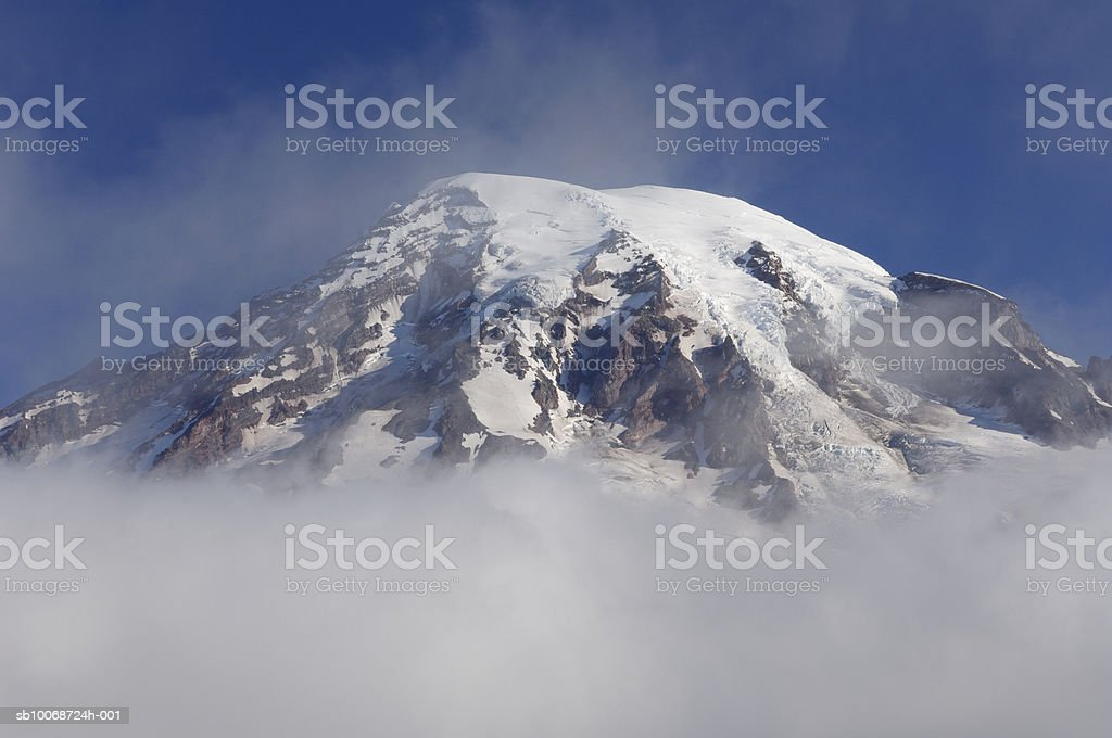 USA, Washington, Pierce County, Mount Rainier National Park, Cascade Range, Clouds surrounding Mount Rainier foto de stock libre de derechos