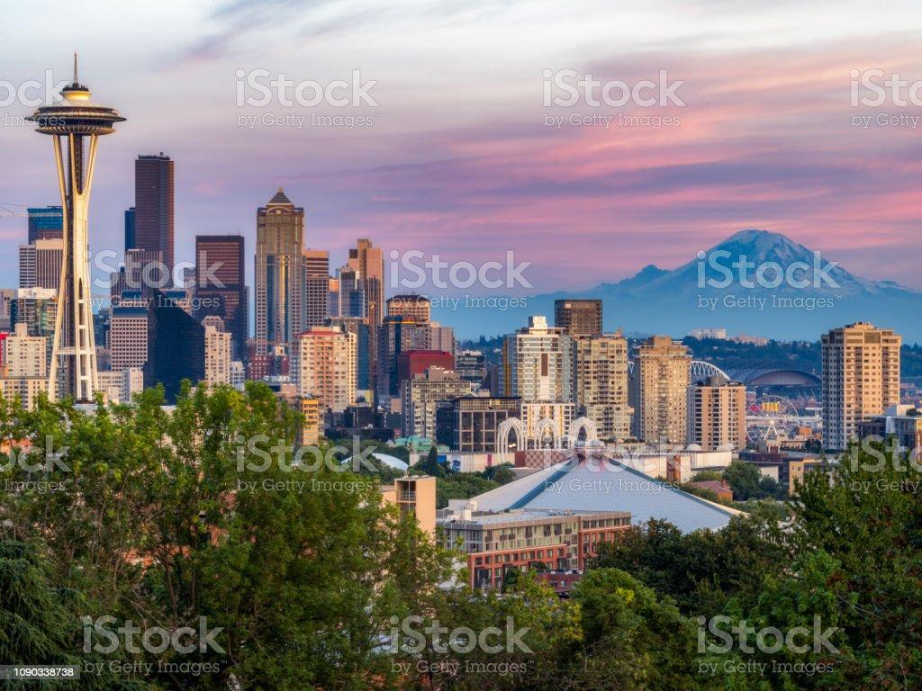 USA, US-Bundesstaat Washington, Seattle Skyline und Mount Rainier – Foto