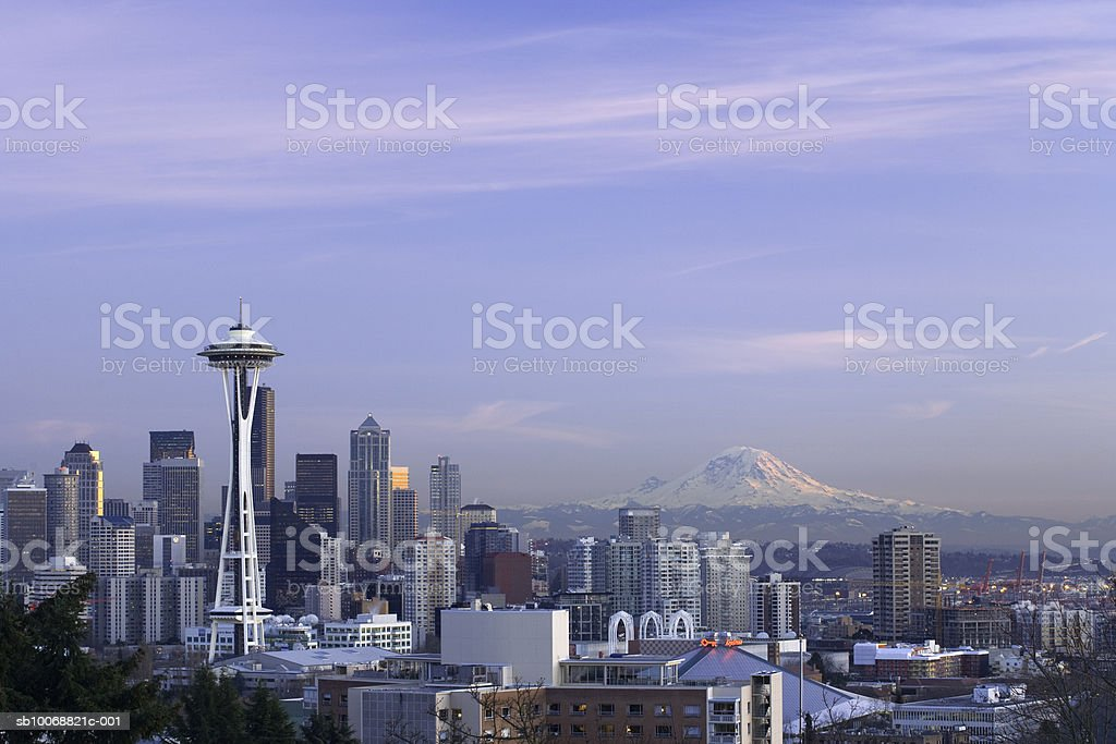 USA, Washington State, Seattle skyline and Mount Rainier royalty free stockfoto