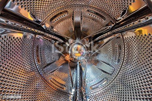 De binnenkant (trommel) van een wasmachine