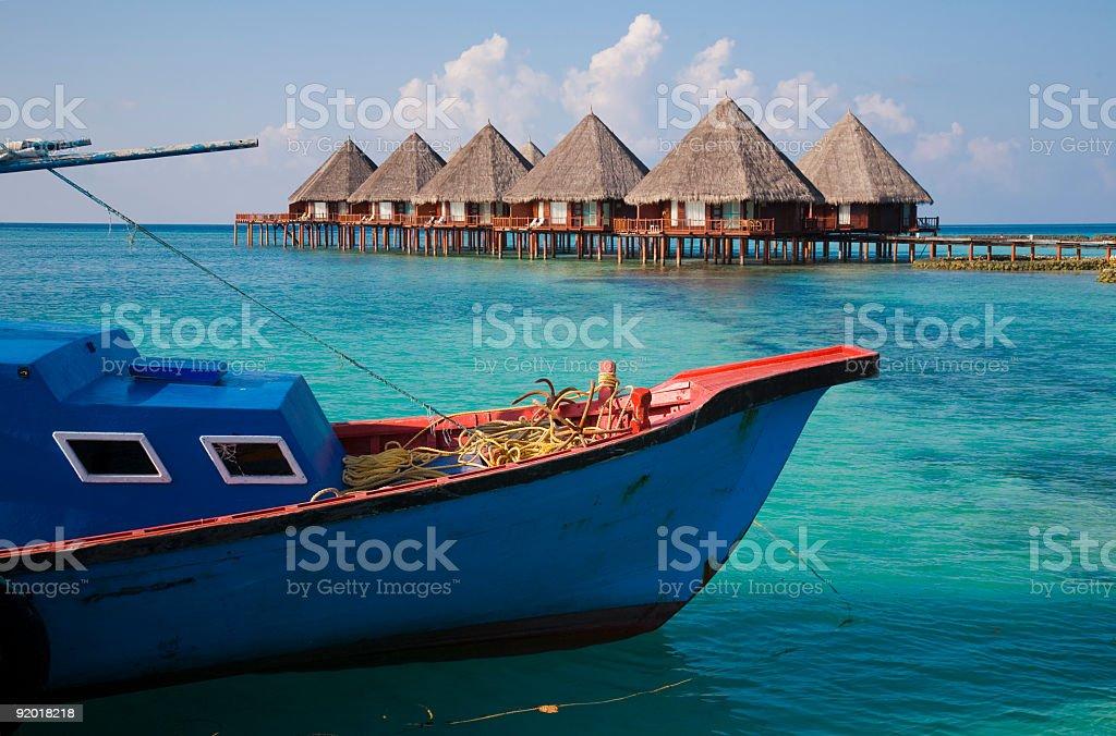 Wasserbungalows mit Fischerboot royalty-free stock photo