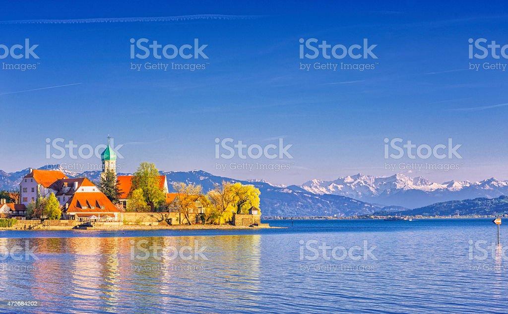 Wasserburg und schneebedeckte Schweizer Alpen am Bodensee (Bodensee)  – Foto