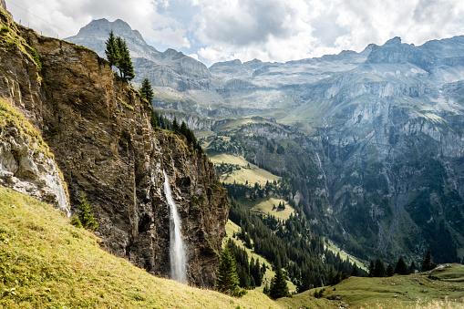 Wasserfall im Gebirge, vom Kiental nach Lauterbrunnen, Schweiz