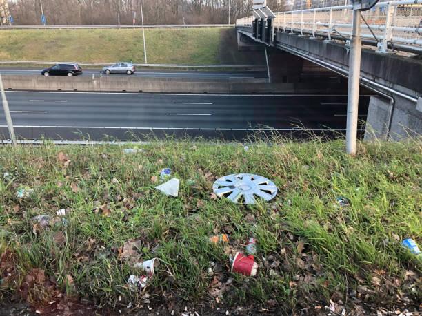 Les déchets sur le côté d'une route près de la voie libre - Photo