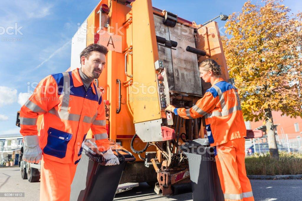 Abfall-Sammler greifen Griff Müllwagen – Foto