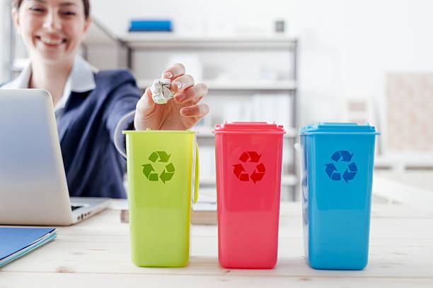 déchets une collection - écologiste rôle social photos et images de collection