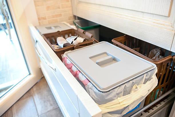 waste sorting drawer recycling kitchen home chores - küchenorganisation stock-fotos und bilder