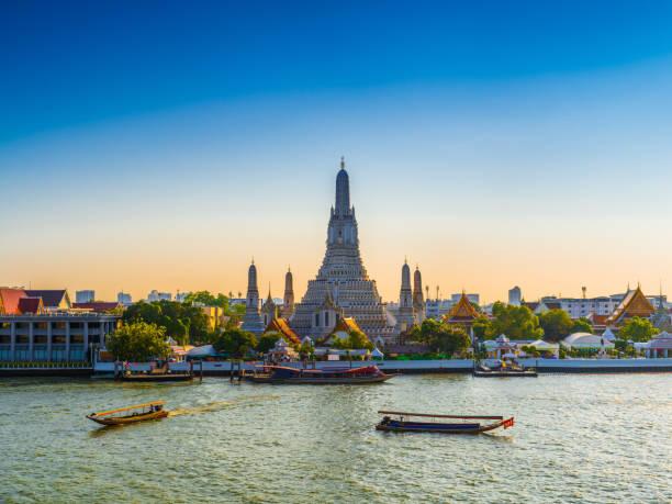 wat arun temple de l'aube à bangkok en thaïlande - thaïlande photos et images de collection