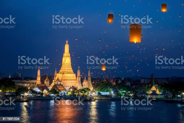 Wat arun temple on night in bangkok city with yeepeng float lantern picture id917991204?b=1&k=6&m=917991204&s=612x612&h=prk7kysii 7jwy995vok1krbrdzgntrxj avi7zelag=