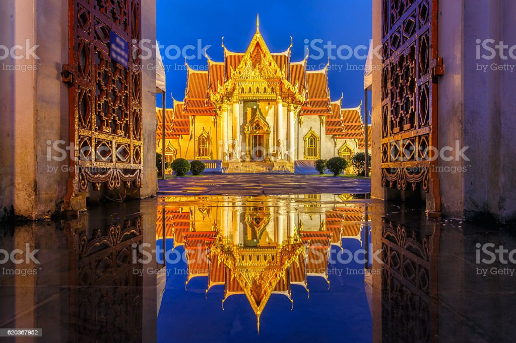 Wat Benchamabophit in Bangkok at twilight time zbiór zdjęć royalty-free