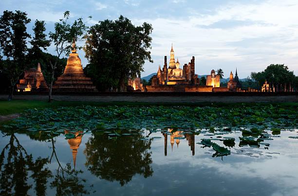 wat mahathat em sukhothai, tailândia. - sukhothai - fotografias e filmes do acervo