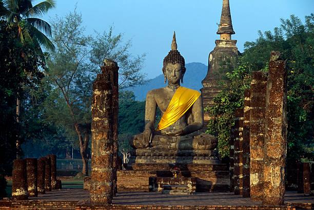 wat mahathat sunrise parque histórico de sukhothai, tailândia - sukhothai - fotografias e filmes do acervo