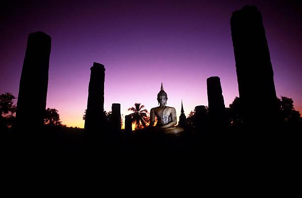 wat mahathat iluminada ao anoitecer, o pôr-do-sol parque histórico de sukhothai, tailândia - sukhothai - fotografias e filmes do acervo
