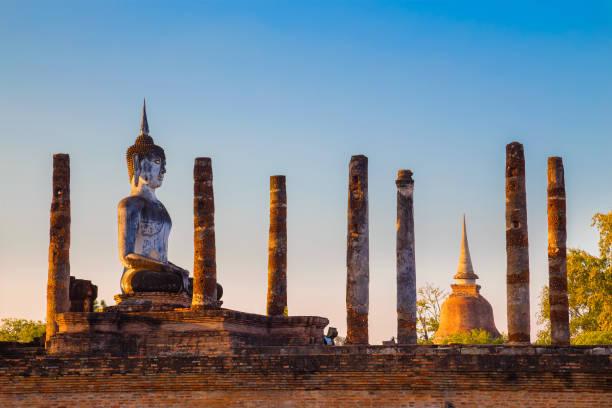 templo de wat mahathat no parque histórico de sukhothai, a unesco património mundial da unesco na tailândia - sukhothai - fotografias e filmes do acervo