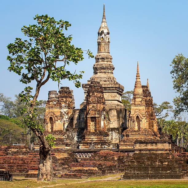wat mahathat templo, parque histórico de sukhothai, tailândia - sukhothai - fotografias e filmes do acervo