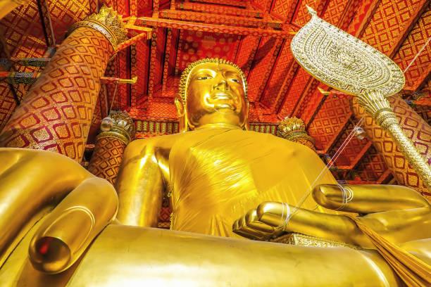 wat phanan choeng bir budist tapınağı luang pho tho denilen büyük buda heykeli, tay insanlar ayutthaya şehir buda tapınakta ibadet. - ayutthaya bölgesi stok fotoğraflar ve resimler