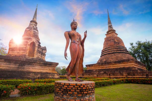 templo de wat sa si no parque histórico de sukhothai, a unesco património mundial da unesco na tailândia - sukhothai - fotografias e filmes do acervo