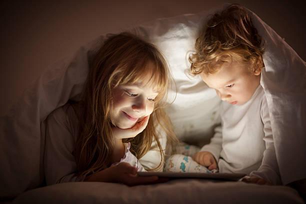 sich cartoons vergangenheit schlafenszeit - deckenleuchte kinderzimmer stock-fotos und bilder