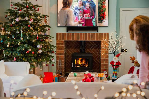 weihnachten-fernsehen - kids tv zimmer stock-fotos und bilder