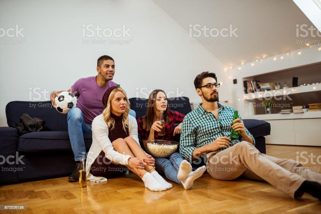 Mira un partido de fútbol americano - foto de stock