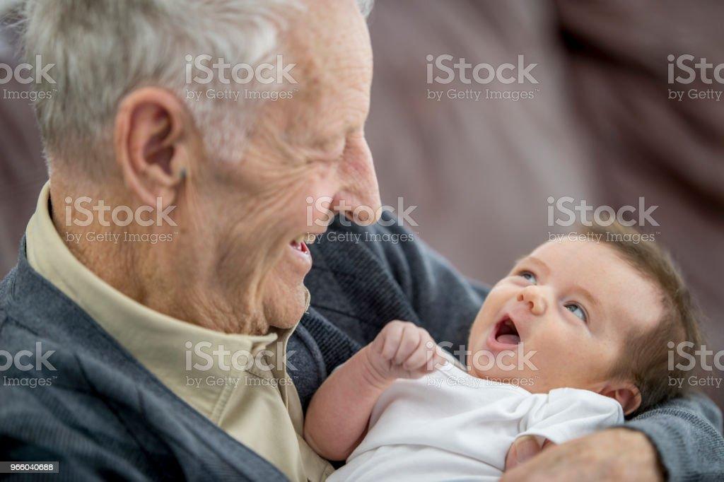 Kijken naar grappige Baby - Royalty-free 0-1 maanden Stockfoto