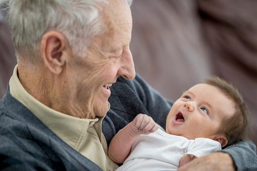 Kijken Naar Grappige Baby Stockfoto en meer beelden van 0-1 maanden