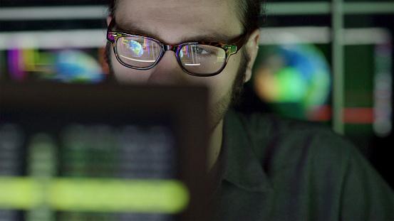 Watching Global Screen — стоковые фотографии и другие картинки Анализировать