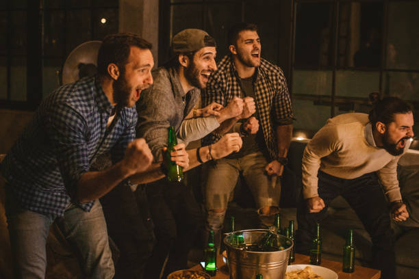beobachten spiel des tages - spielabend snacks stock-fotos und bilder
