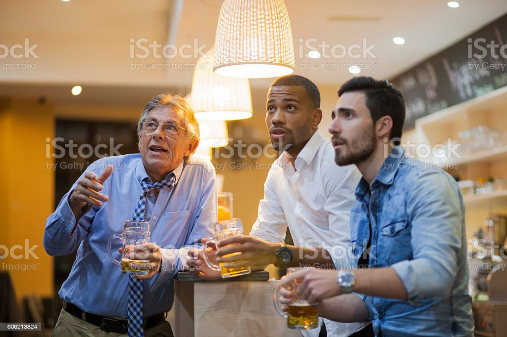 Watching soocer game in a bar - foto stock
