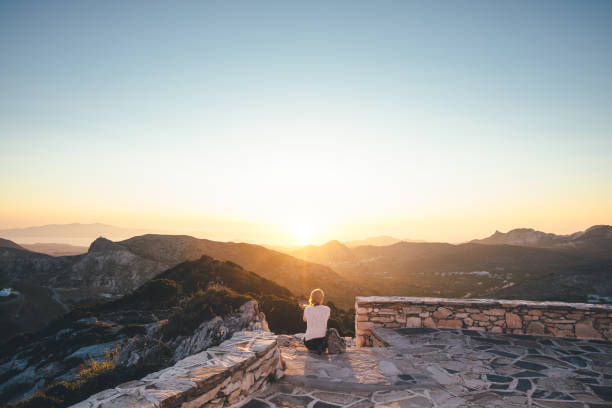 Beobachten des Sonnenuntergangs von der Kirche aus – Foto