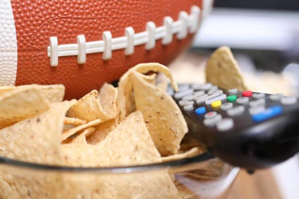Das Fußballspiel mit Snacks beobachten. – Foto