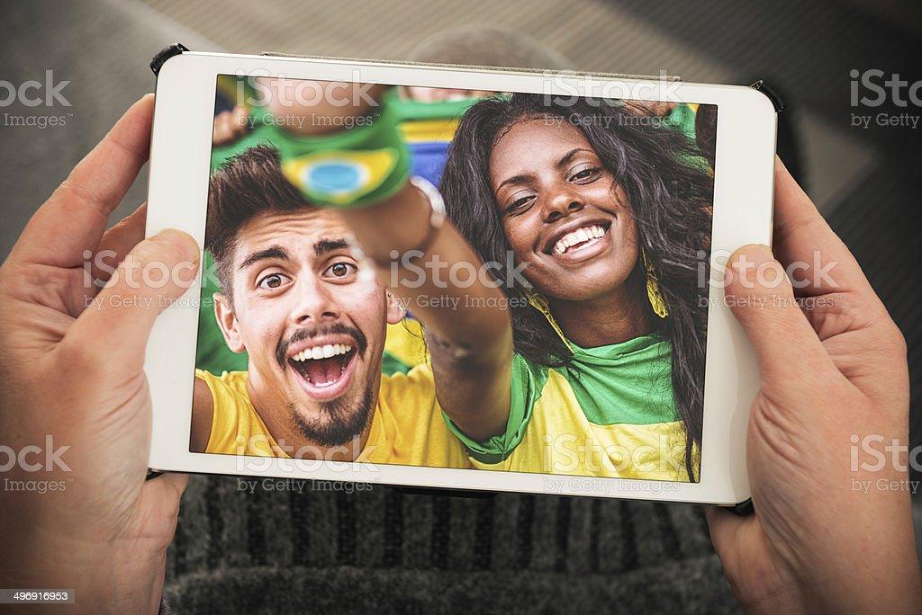 Assistir a um jogo no smartphone - foto de acervo