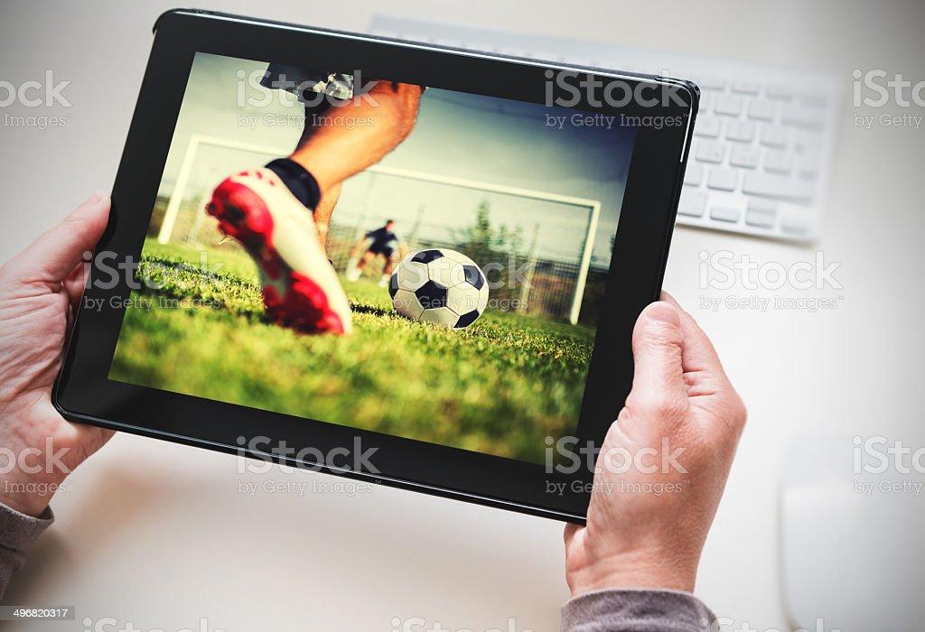 Beobachten Sie das Spiel auf dem tablet – Foto