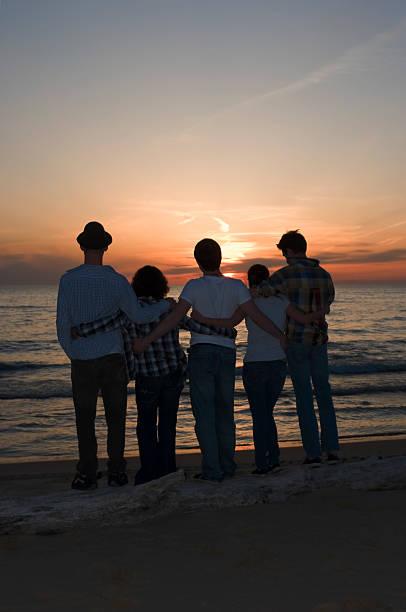 beobachten den sonnenuntergang - lake michigan strände stock-fotos und bilder