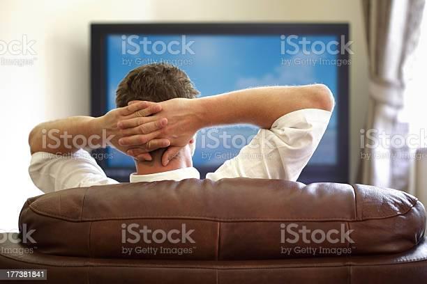 Mirar La Televisión Foto de stock y más banco de imágenes de Acogedor