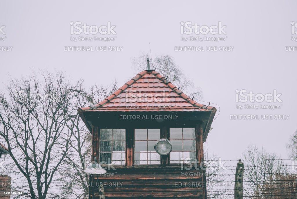 Wachturm des KZ Auschwitz-Birkenau und Stacheldraht – Foto