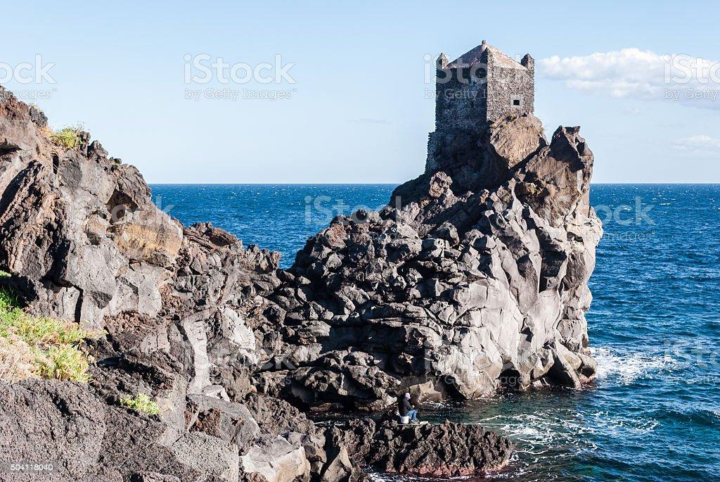 Watchtower su una scogliera vicino Acireale lava - foto stock