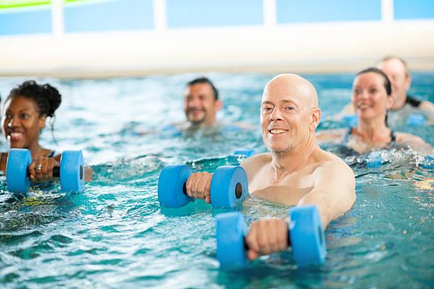 Grupo de gimnasia aeróbica en el agua - foto de stock