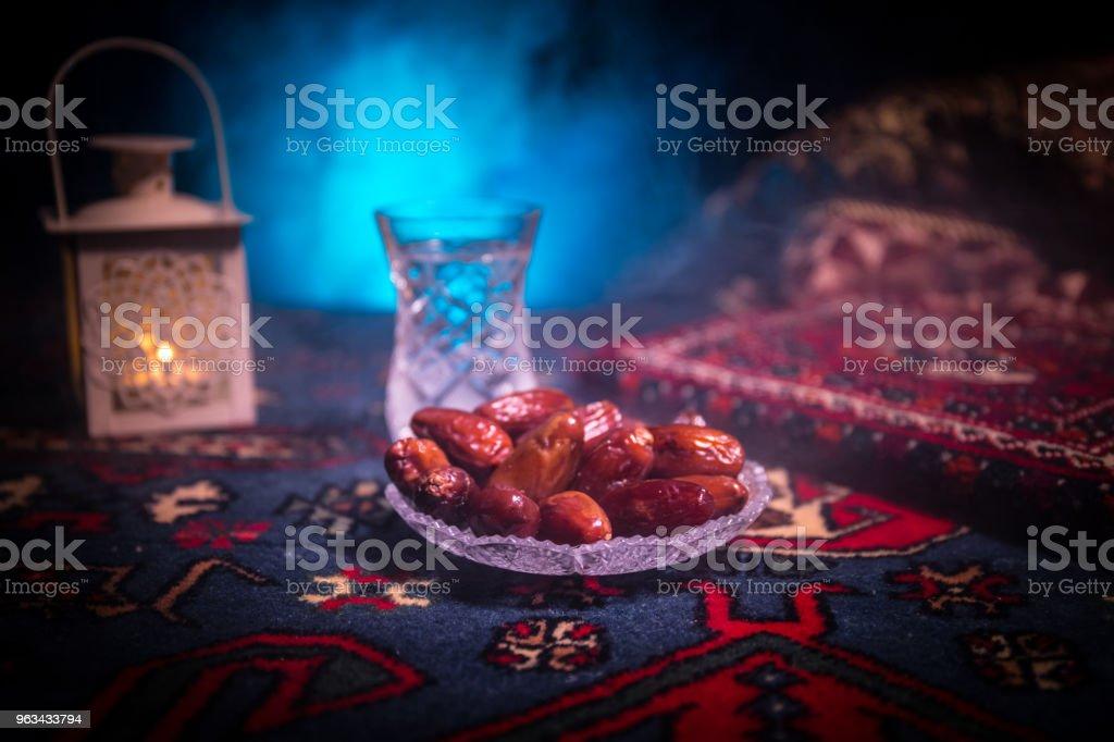 L'eau et les dates. Iftar est le repas du soir. Vue des vacances Ramadan Kareem décoration sur tapis. Carte de voeux Fête, invitation pour le mois sacré musulman Ramadan Kareem. Fond sombre - Photo de Aliment libre de droits