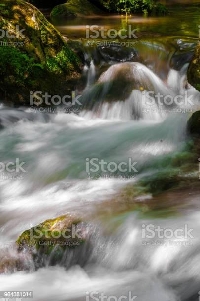 Foto de Água E Pedras No Rio e mais fotos de stock de Beleza natural - Natureza