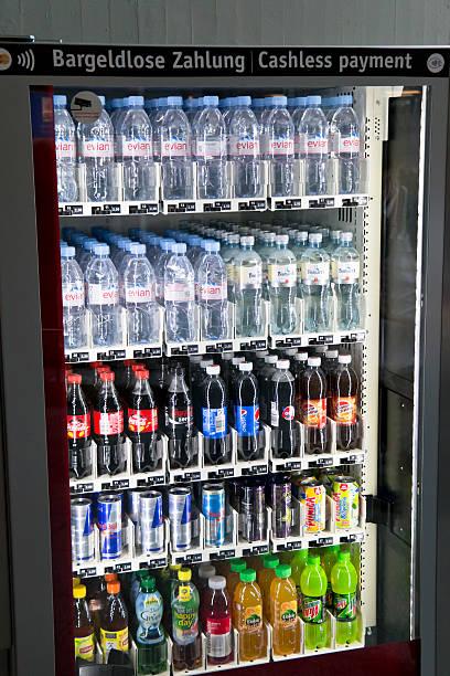 wasser und alkoholfreie getränke in einem warenautomaten steckengeblieben - pfand stock-fotos und bilder