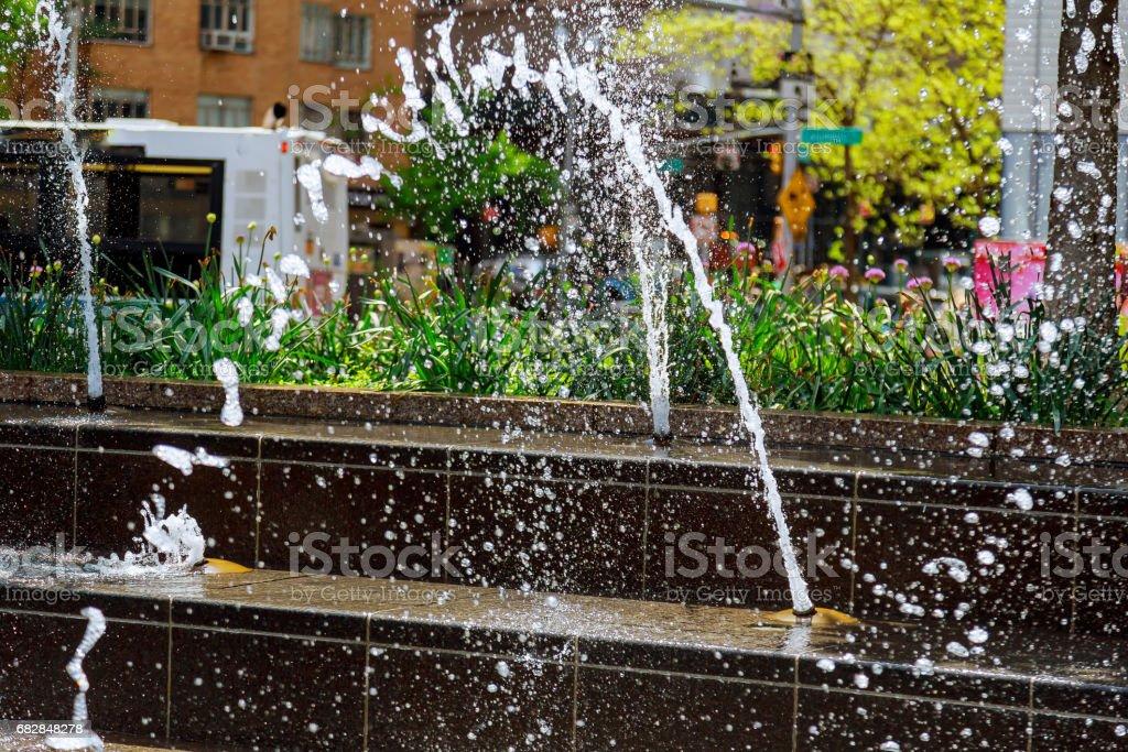Wasser-Bögen gegen den Himmel in einem Brunnen Lizenzfreies stock-foto