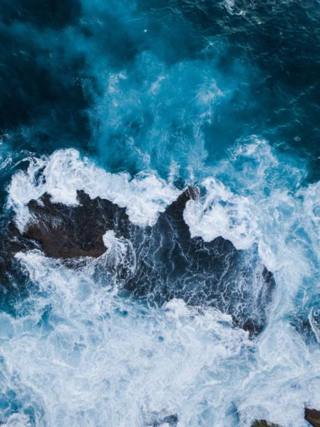 rock su - dalga stok fotoğraflar ve resimler