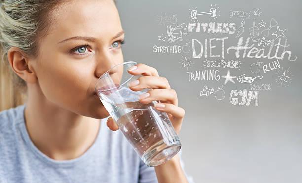 wasser-gleichgewicht - wasser trinken abnehmen stock-fotos und bilder