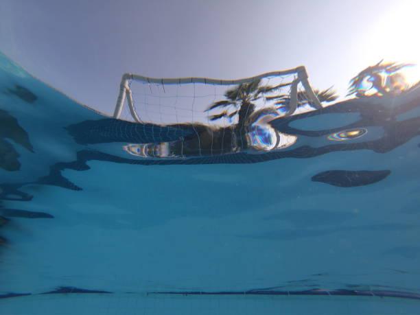 meta bola de agua con vistas al agua - water polo fotografías e imágenes de stock