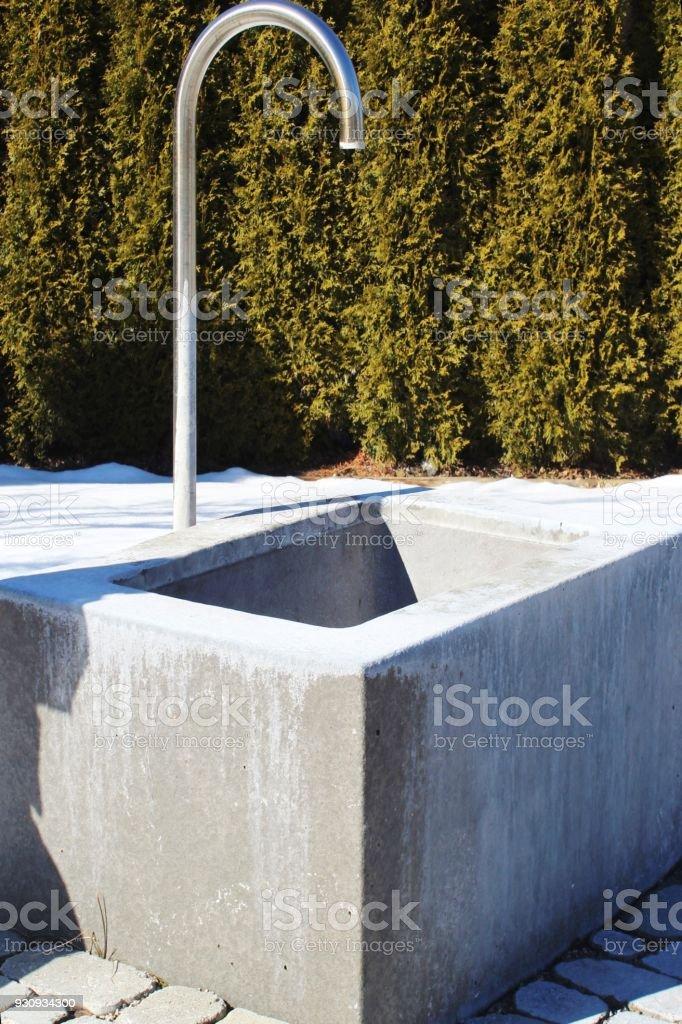 Wasserhahn Brunnen.Wasserbecken Mit Wasserhahn Thujahecke Im Hintergrund Schnee Stock Photo Download Image Now