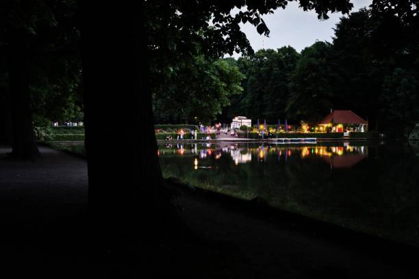 wasser-bassin und beleuchtete café in einem öffentlichen park in köln - cafe köln stock-fotos und bilder